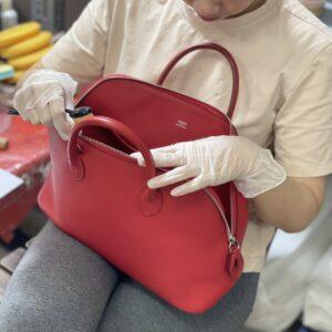 Nhân viên Auth Spa đang kiểm tra sửa chữa túi xách Hermes cho khách hàng.